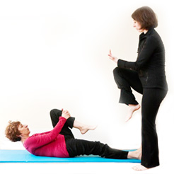 Emily Mazo-Rizzi teaching Pilates' mat exercices